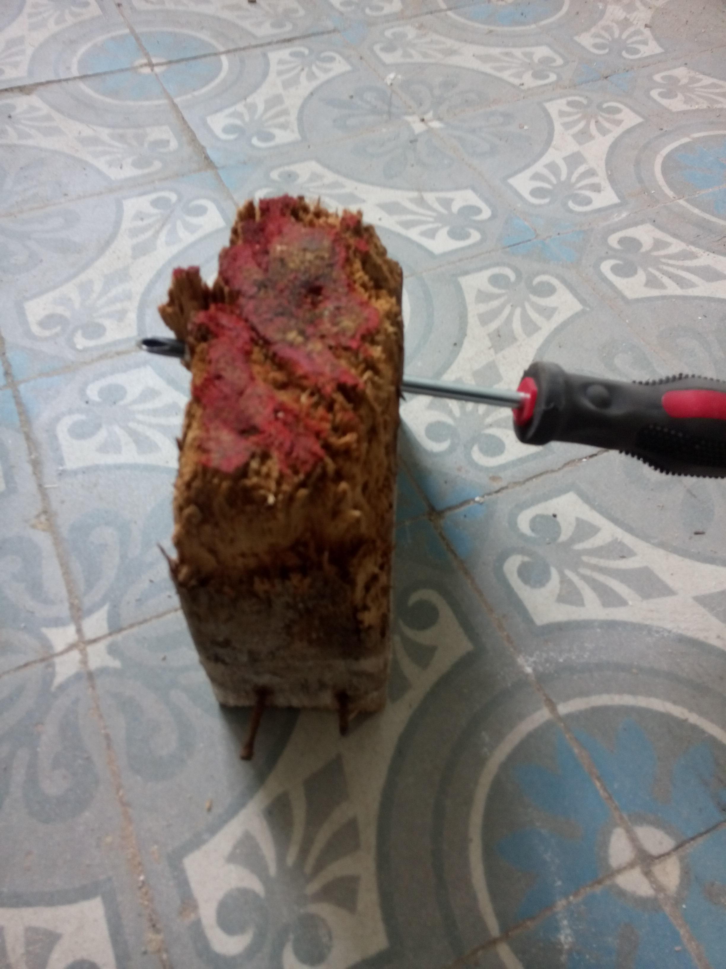 rotte balk met schroevendraaier door