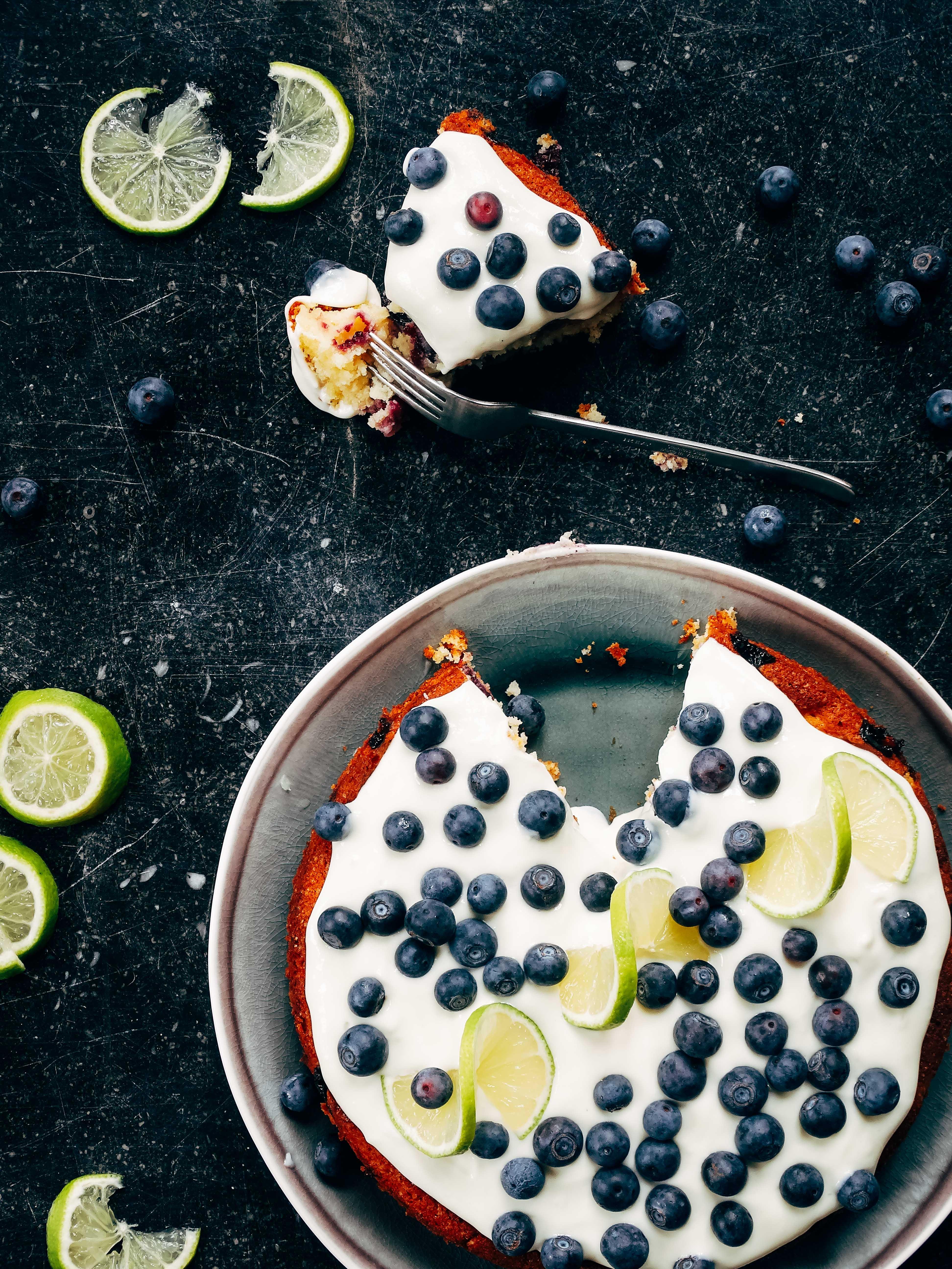 Blauwebessencake met limoen, marsepein en cheesecaketopping van smollen.be