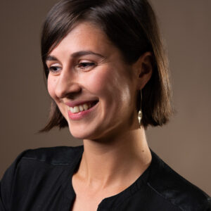 gerhilde maakt 27 lange hangers goudkleurig met twist door Sophie Peirsman