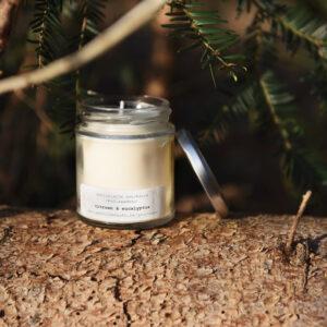gerhilde maakt ecologische geurkaars citroen en eucalyptus groot door Sophie Peirsman klein