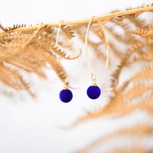 oorbellen gerhilde maakt koningsblauw velours door Sophie Peirsman klein